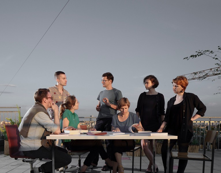 On the RUBY PRESS roof terrace: Leonard Streich (Something Fantastic), Julian Schubert (Something Fantastic), Elena Schütz (Something Fantastic), Andreas Ruby, Ilka Ruby, Jeanette Kunsmann, Nathalie Janson (from left to right). Photo: Simon Menges.